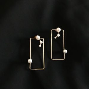 GOLD TONE W/ PEARL DETAILS EARRING